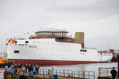 De nieuwe RV Belgica ligt voor het eerst in het water (© Belgian Navy/Jorn Urbain)