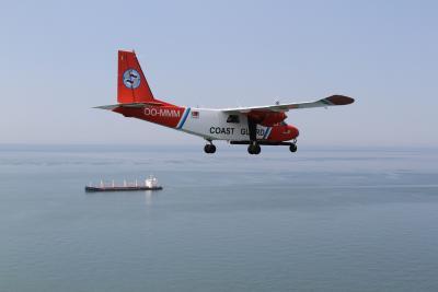 Het Kustwacht-vliegtuig boven zee. © KBIN/BMM