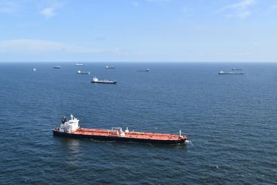 De Belgische wateren worden gekenmerkt door zeer dens maritiem verkeer. De afbeelding toont schepen die voor anker liggen in de ankerzone, wachtend op toegang tot een nabijgelegen haven (©KBIN/BMM).