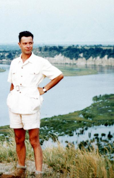 Photo de Jean de Heinzelin sur la rive du Lac Édouard en 1950