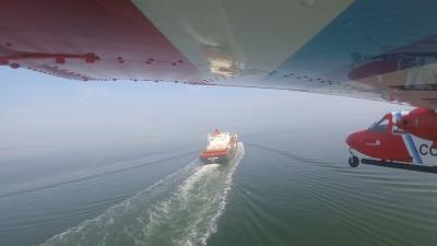 Aanvliegen van een schip voor controle van de zwaveluitstoot. © KBIN/BMM
