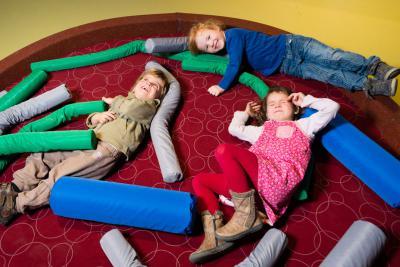Activité où les enfants peuvent se construire un nid douillet et le tester…