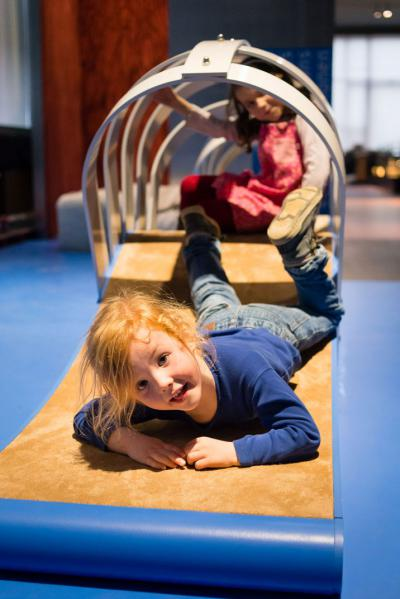 Wie die Kinder auf diesem Miniparcours erfahren können, kann man auf einigen Flächen leichter kriechen als auf anderen …