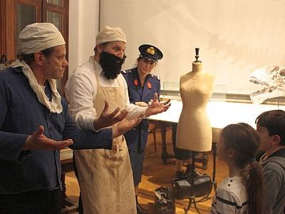 """De drie acteurs van het gezelschap """"Passeurs de rêves"""" nemen het publiek mee in enkele zalen van het Museum en achter de schermen (foto: KBIN)."""