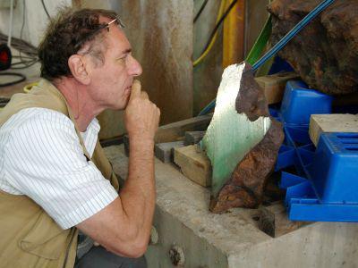 Een medewerker sneed een stuk van de Mont-Dieu-meteoriet, dat nu tentoongesteld staat in de Galerij van de Dinosauriërs.