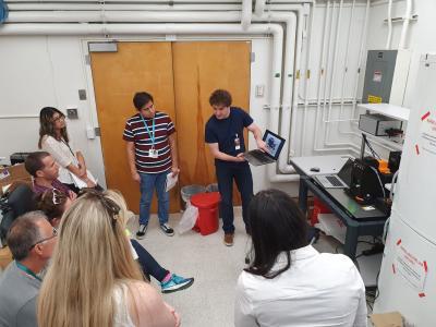 Christian Burlet toont de SpectroGRID aan de astrobiologen van het Origins en Habitability lab