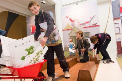Que planter au jardin pour en faire un paradis de biodiversité ? Les enfants apprennent en s'amusant dans l'expo-atelier BiodiverCity ! (photo: Thierry Hubin, IRSNB)