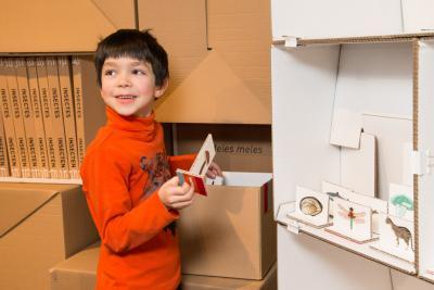 Un enfant sort d'une boîte les images des spécimens qu'il va apprendre à classer au cours de l'expo-atelier Classific'Action (photo: Thierry Hubin, IRSNB)