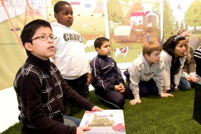 Pendant l'animation, les enfants découvrent différents biotopes dans la zone 2.