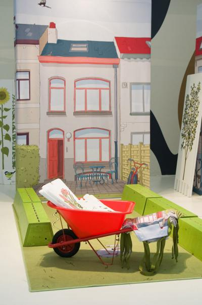 Voor panelen die een tuin, een moestuin, een terras of een balkon simuleren spelen kinderen tuinman met kruiwagen, schort en tekeningen van planten.