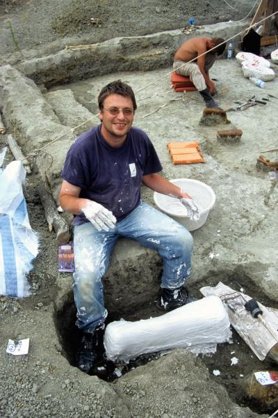 De Belgische paleontoloog Pascal Godefroit bedekt recent opgegraven dinofossielen met een beschermende plaasterlaag tijdens opgravingen in Rusland
