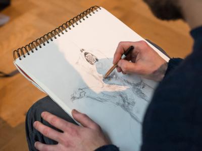 Artiste dessinant l'ours de la Galerie de l'Évolution (photo : Thierry Hubin / IRSNB)