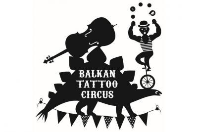 """logo """"Balkan Tattoo Circus"""": un homme jongle en équilibre sur la tête d'un stégosaure sur le dos duquel est posé un violoncelle"""