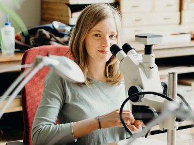 Archeobotaniste Lien Speleers achter haar microscoop (foto: KBIN)