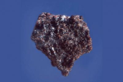 In Wirklichkeit ist dieses Stück Mondgestein nur 18 mm groß!