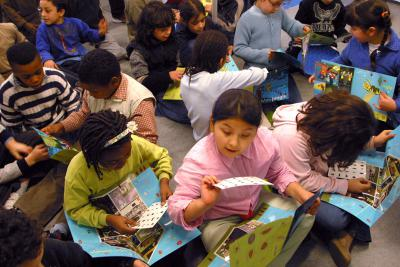 Enfants en train de compléter leurs documents en remettant différents insectes à leur place