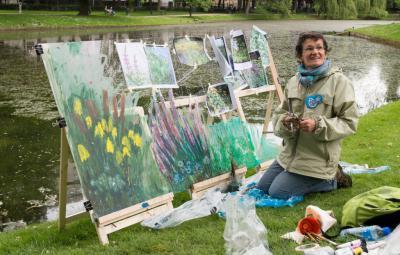 Une artiste peint les futurs rives de l'étang du parc Léopold