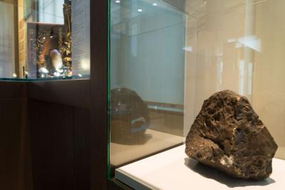 La météorite antarctique de 18 kg exposée dans notre salle 250 ans de Sciences naturelles