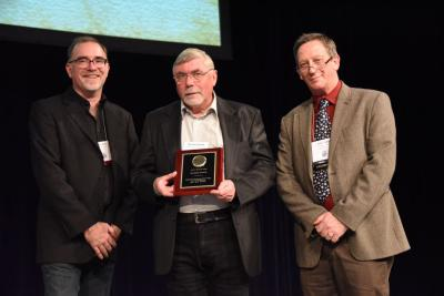 Richard Smith ontvangt de prijs op de bijeenkomst van de Society of Vertebrate Paleontology