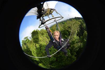 Maurice Leponce dans le Canopy Bubble, un ballon à hélium monoplace. Il est relié à un câble de 2 km tendu préalablement entre les arbres. (photo: Maurice Leponce)