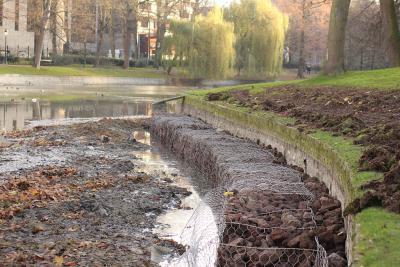 De steenkorven aan de rand van de vijver. (foto: Jérôme Constant)