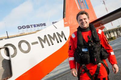 Staatssecretaris Philippe De Backer (Open VLD) in volle uitrusting bij observatievliegtuig OO-MMM. (foto: Thierry Hubin - RBINS)