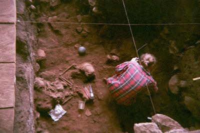 Fouille d'une sépulture double, dans l'abri-sous-roche de Shum Laka au Cameroun, contenant deux garçons ayant vécu il y a 8000 ans et qui étaient de la même famille. (Photo par Isabelle Ribot, Janvier 1994)