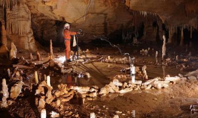 Prise de mesures pour l'étude archéo-magnétique dans la grotte de Bruniquel (Photo: Etienne FABRE, SSAC)