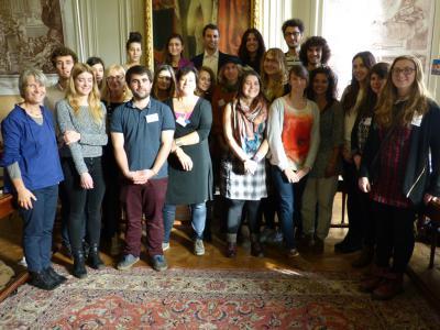 Photo de groupe des jeunes européens qui soutiennent la Blue Society.