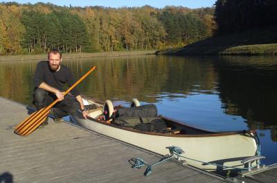 Bioloog Henri Robert bij zijn kano, klaar om naar Parijs te vertrekken