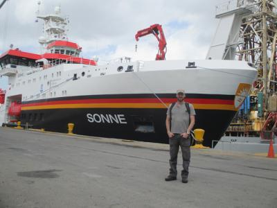 Onze bioloog Henri Robert voor het Duitse onderzoeksschip RV Sonne, vlak voor vertrek in Panama.