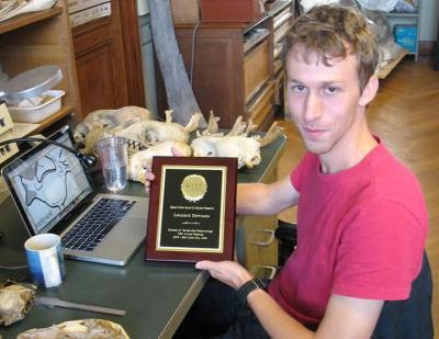 Onze jonge collega Leonard Dewaele met de Steven Cohen Award voor zijn onderzoek naar de evolutie van zeehonden.
