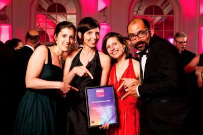 Nos muséologues Sophie Boitsios, Katelijn De Kesel et Isabelle Du Four avec Dirk Bertels (Studio Louter) lors de la cérémonie. (Photo: Museum and Heritage Awards)