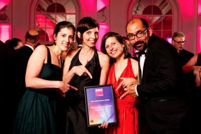 Onze museologen Sophie Boitsios, Katelijn De Kesel en Isabelle Du Four samen met Dirk Bertels van Studio Louter tijdens de gala-uitreiking. (Foto: Museum and Heritage Awards)