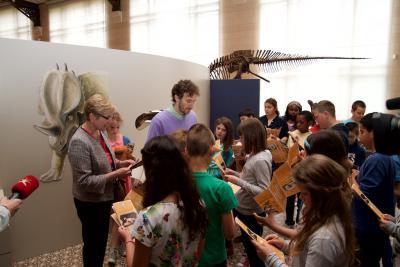 La Secrétaire d'État en charge de la Politique scientifique, Elke Sleurs, suit le parcours BZZZZZ avec les élèves.