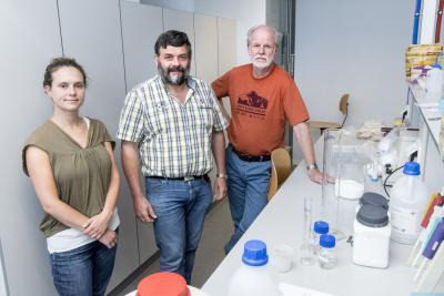 Biologen Sophie Gryseels, Herwig Leirs en Erik Verheyen vlak voor hun vertrek naar Congo om er de oorzaak van de ebola-uitbraak te achterhalen. (Foto: Universiteit Antwerpen)