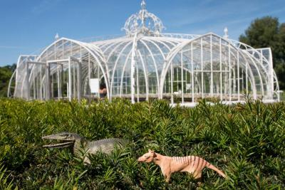 The Balat-greenhouse, a masterpiece in the Botanic Garden of Meise. In front: two of our selected masterpieces for 100 Masters: the mosasaur and the thylacine (Photo: Thierry Hubin, RBINS)