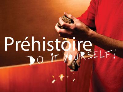 """Visuel de l'expo """"Préhistoire - Do it yourself !"""": un jeune en train de faire des étincelles en frappant du silex sur un morceau de pyrite (pour allumer un feu)"""