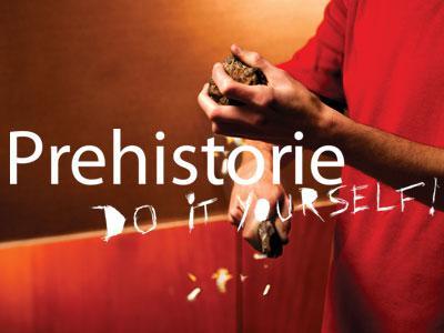 Visual van de tentoonstelling 'Prehistorie - Do it yourself!': een jongen maakt vonkjes door met een vuursteen op een stukje pyriet te slaan