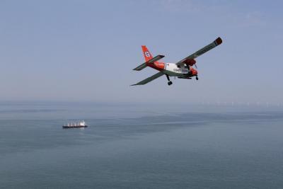 Het Belgische luchttoezichtvliegtuig in actie. © NL Coastguard
