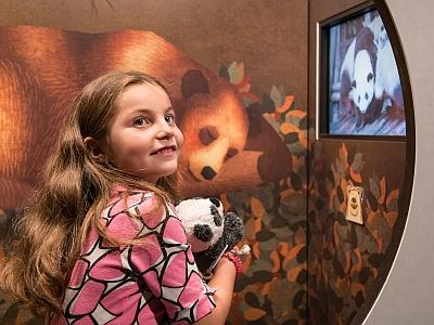 Een kind in de tentoonstelling Teddy & Beer (foto: Thierry Hubin / KBIN)