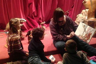 Raconte-moi : les enfants sont assemblés autour de l'animatrice qui conte l'histoire