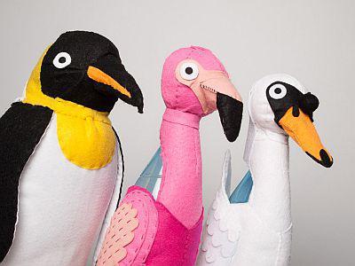 Des oiseaux (manchot empereur, flamant rose et cygne) réalisés en feutrine pour les Tout-petits ateliers