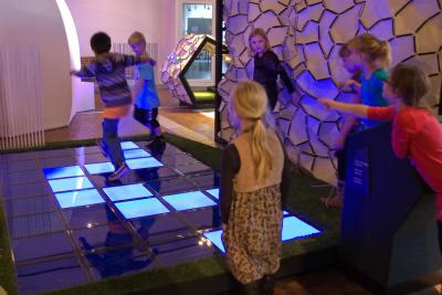 Activité où les visiteurs essayent de trouver leur chemin dans le labyrinthe infrarouge