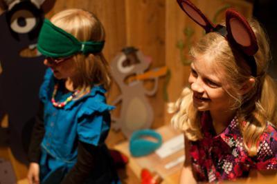 Enfants jouant avec des oreilles d'animaux en tissu