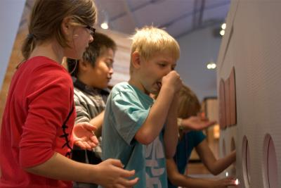 Kinderen proeven de 5 smaken met de neus toegeknepen.