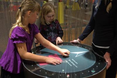 Kinderen testen hun magnetische zintuig in de tentoonstelling