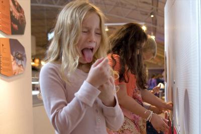 Enfant testant les 5 saveurs... et grimaçant : celle-ci devait être trop amère !
