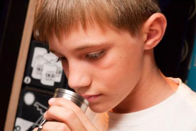 Un jeune hume un premier échantillon.