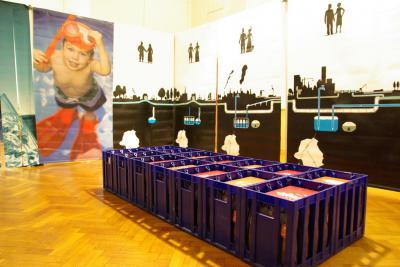 Des casiers de bouteilles d'eau pour aborder les différents usages de l'eau domestique...